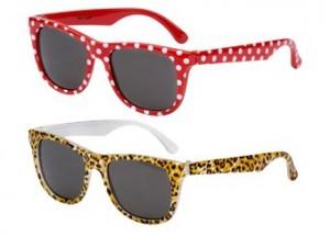 Eine trendige Sonnenbrille aus der 'Frankie Ray-Kollektion'. Entdecken Sie die hippen und richtig stilvollen Sonnenbrillen der australischen Trendmarke 'Eyetribe', mit hochwertigem UV-Schutz, für Mini-Fashionistas. Die Brille wird in einer hübschen PVC-Tasche mit Reißverschluss geliefert. Die Brillengläser sind aus bruchsicherem Polykarbonat und bieten 100%igen UV Schutz (Kategorie 3) und entsprechen dem australischen Standard AS/NZS: 1067. Ideal für Mini-Divas zwischen 0-3 Jahren. Das Modell ist in 2 Ausführungen erhältlich: in Rot, mit niedlichen Punkten und mit trendy Tigerprint.