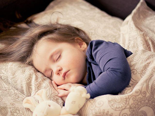 schlafsack kind schlafen Bett